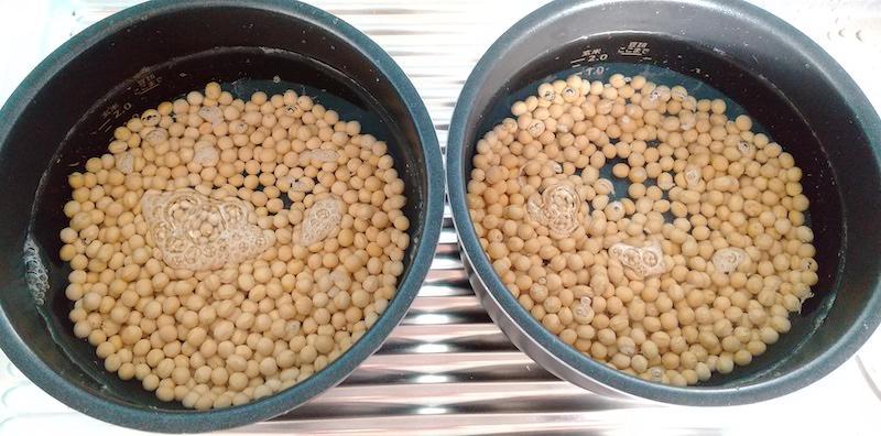 豆の3〜4倍の水に浸す